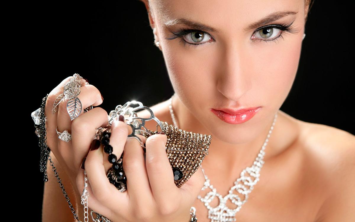 Серебро на девушке